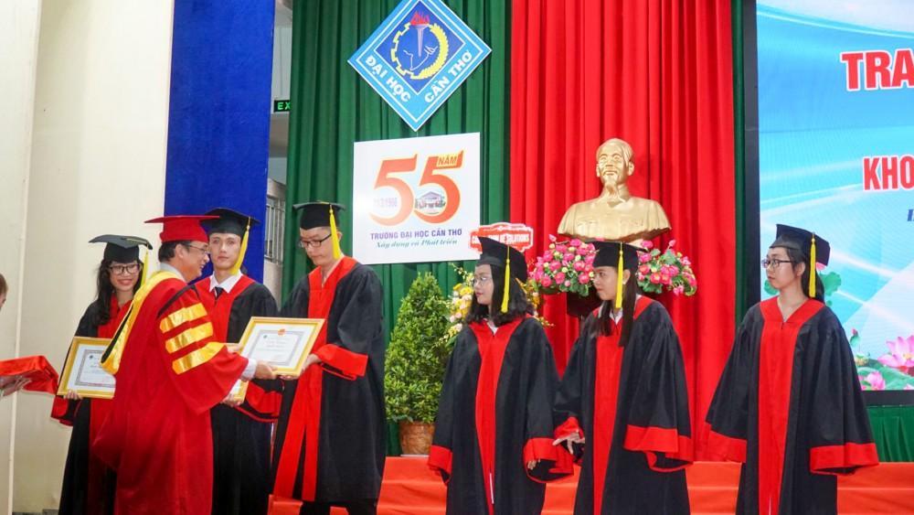 Lễ trao bằng tốt nghiệp, khen thưởng sinh viên Khoa Công nghệ thông tin và Truyền Thông, Trường Đại học Cần Thơ vào tháng 4-2021.