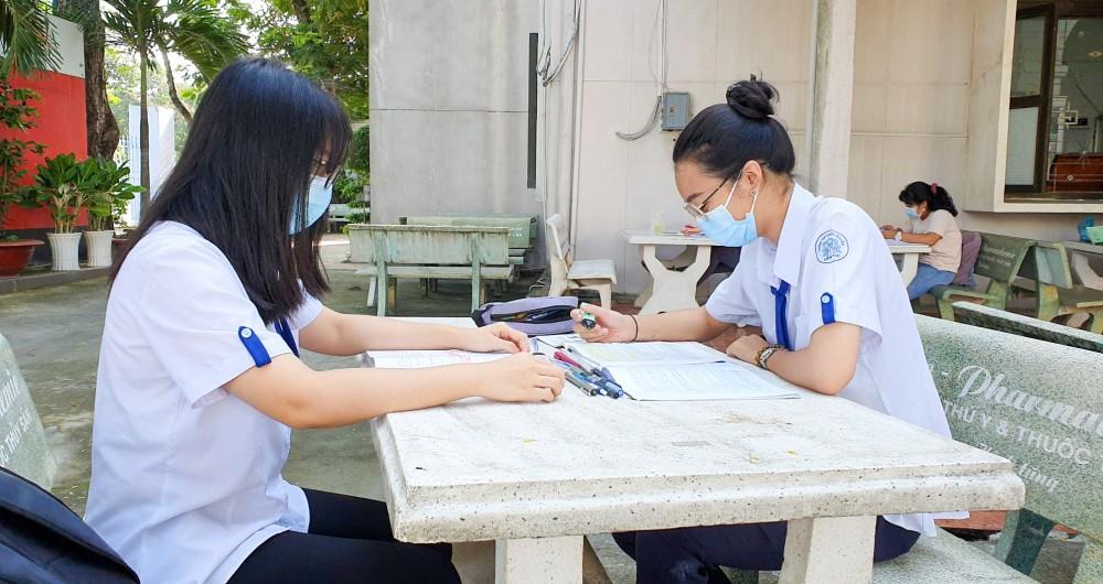 Học sinh lớp 12 Trường THPT Châu Văn Liêm ôn tập chuẩn bị Kỳ thi tốt nghiệp THPT 2021.