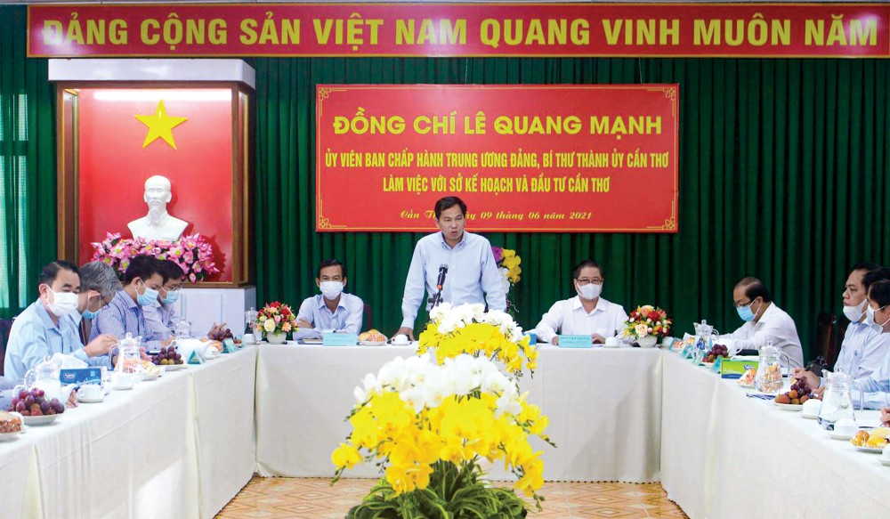 Đồng chí Lê Quang Mạnh, Ủy viên Trung ương Đảng, Bí thư Thành ủy Cần Thơ chỉ đạo tại buổi làm việc.  Ảnh: MINH HUYỀN