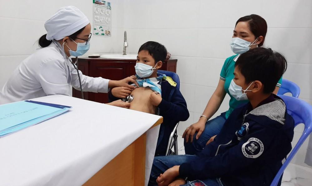 Bác sĩ Ngọc Yến thăm khám sức khỏe cho trẻ.