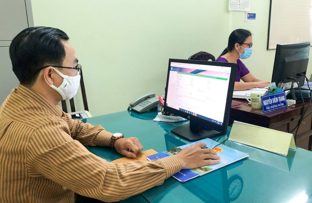 Công chức Bộ phận Tiếp nhận và Trả kết quả tại Ban TĐ-KT TP Cần Thơ tăng cường giải quyết TTHC qua dịch vụ công trực tuyến cho các tổ chức, đơn vị và địa phương.