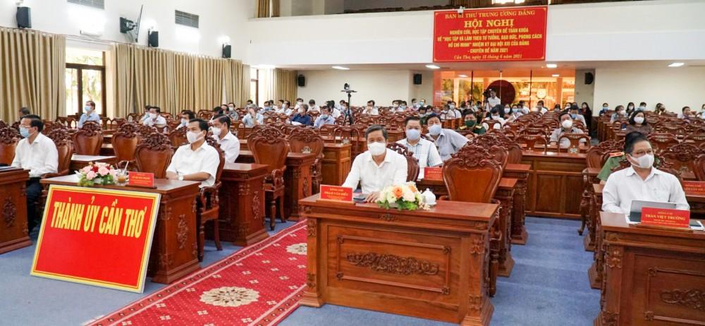 Lãnh đạo và cán bộ chủ chốt TP Cần Thơ dự hội nghị tại điểm cầu trực tuyến Thành ủy Cần Thơ. Ảnh: ANH DŨNG