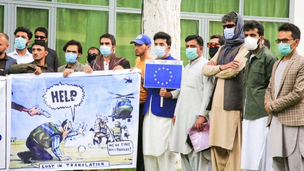 Một nhóm các phiên dịch viên người Afghanistan kêu cứu. Ảnh: AP