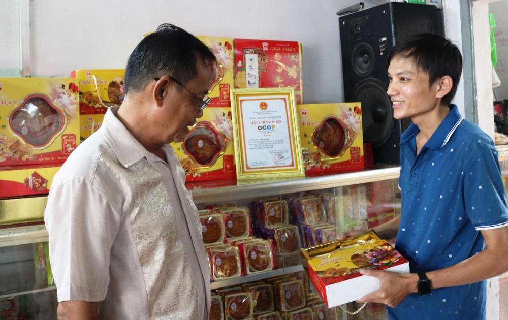Cơ sở bánh kẹo Cẩm Phát, tỉnh Trà Vinh giới thiệu các mẫu sản phẩm bánh kẹo được đóng gói bao bì bắt mắt khi cho ra thị trường...