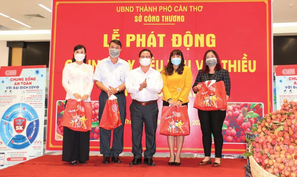 Chủ tịch UBND TP Cần Thơ Trần Việt Trường trao tượng trưng những quả vải thiều cho đại diện các sở, ngành và doanh nghiệp đăng ký mua đợt 1. Ảnh: NAM HƯƠNG