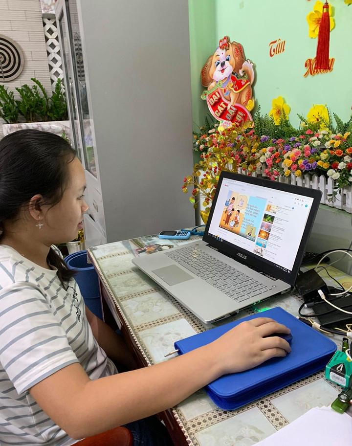 Dịp hè, nhiều phụ huynh chọn cho con mình tham gia các khóa học online, tự học qua mạng (Trong ảnh: Học sinh tự học tiếng Anh qua mạng).
