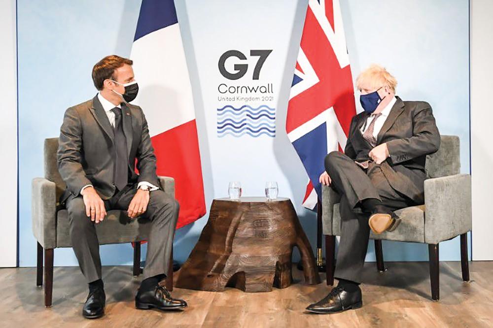 Thủ tướng Anh Johnson (phải) và Tổng thống Pháp Macron hội đàm bên lề thượng đỉnh G7. Ảnh: Reuters