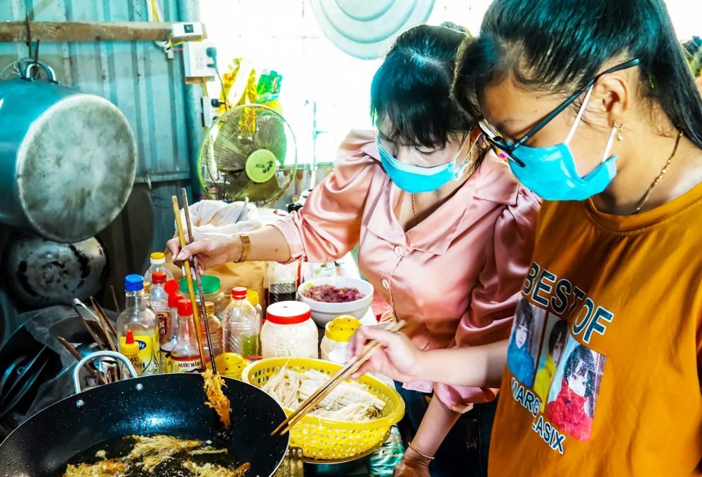 Những bữa cơm được các thầy cô chăm chút để các em học sinh lớp 12 an tâm ôn thi.