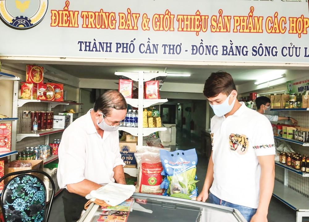 Mua bán hàng hóa tại HTX Thuận Tiến, quận Ninh Kiều.
