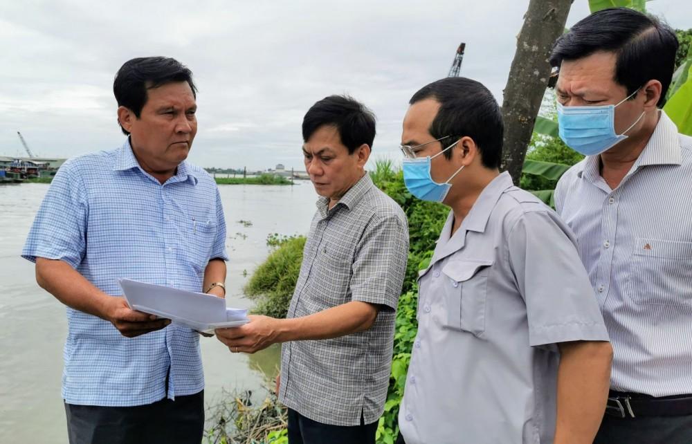 Ông Nguyễn Ngọc Hè (thứ 2, từ trái sang), Phó Chủ tịch UBND TP Cần Thơ, kiểm tra và chỉ đạo khắc phục sạt lở trên địa bàn quận Thốt Nốt.
