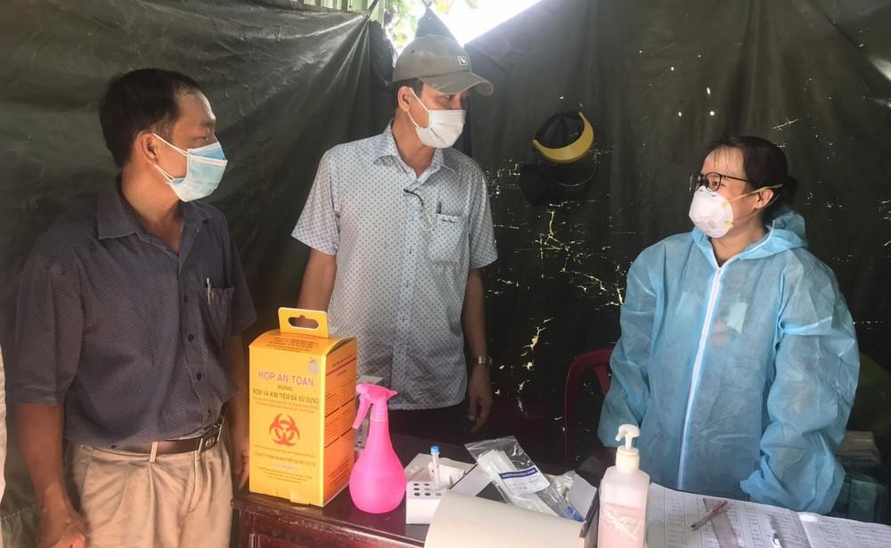 Đoàn đã đến giám sát công tác test nhanh SARS-CoV-2 tại điểm kiểm soát phòng, chống dịch COVID-19  (điểm trước văn phòng Công ty Phát triển Nhà  Cần Thơ).