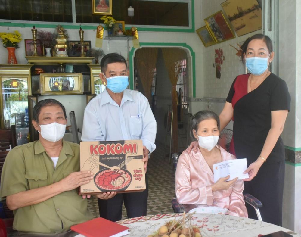 Bà Phan Thị Nguyệt (bên phải), Phó Chủ tịch Thường trực UBND quận Bình Thủy, tặng quà cho gia đình NNCĐDC Lý Hoàng Chiến, ở khu vực 7, phường Bình Thủy.