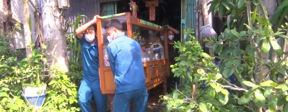 Lực lượng cứu hộ huyện Vĩnh Thạnh hỗ trợ di dời tài sản của người dân trên địa bàn bị ảnh hưởng thiên tai vào đầu tháng 6-2021.