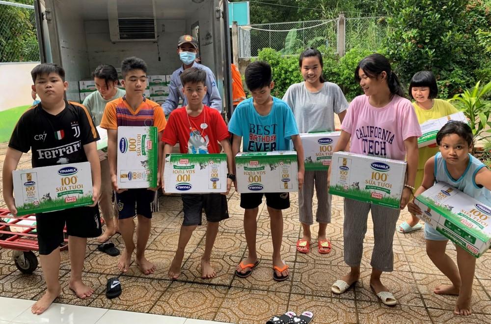 """Trẻ em sống tại Cơ sở bảo trợ xã hội Thiên Ân hào hứng nhận sữa từ Chương trình """"Vươn cao Việt Nam"""" do Quỹ Bảo trợ trẻ em Việt Nam tài trợ.  Ảnh: C.T.V"""