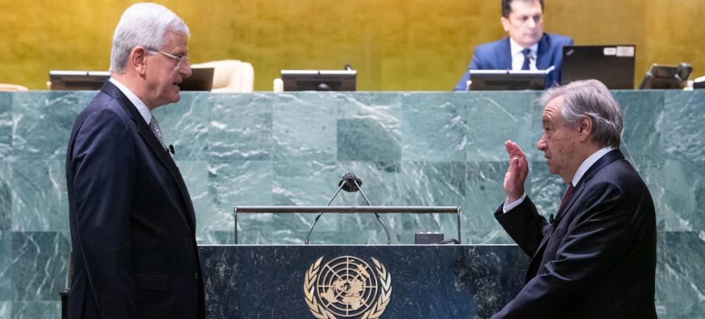 Ông Guterres (phải) tuyên thệ nhậm chức Tổng Thư ký LHQ nhiệm kỳ 2 trước Chủ tịch Đại Hội đồng LHQ. Ảnh: LHQ