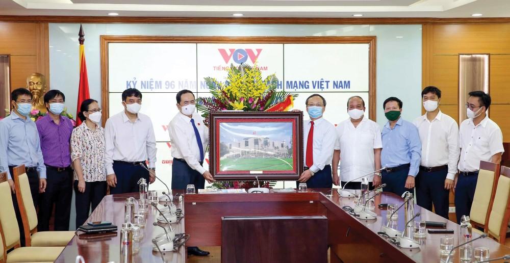 Phó Chủ tịch Thường trực Quốc hội Trần Thanh Mẫn tặng bức ảnh Nhà Quốc hội cho Đài Tiếng nói Việt Nam nhân kỷ niệm 96 năm ngày Báo chí Cách mạng Việt Nam (21/6/1925-21/6/2021). Ảnh: PHẠM KIÊN - TTXVN