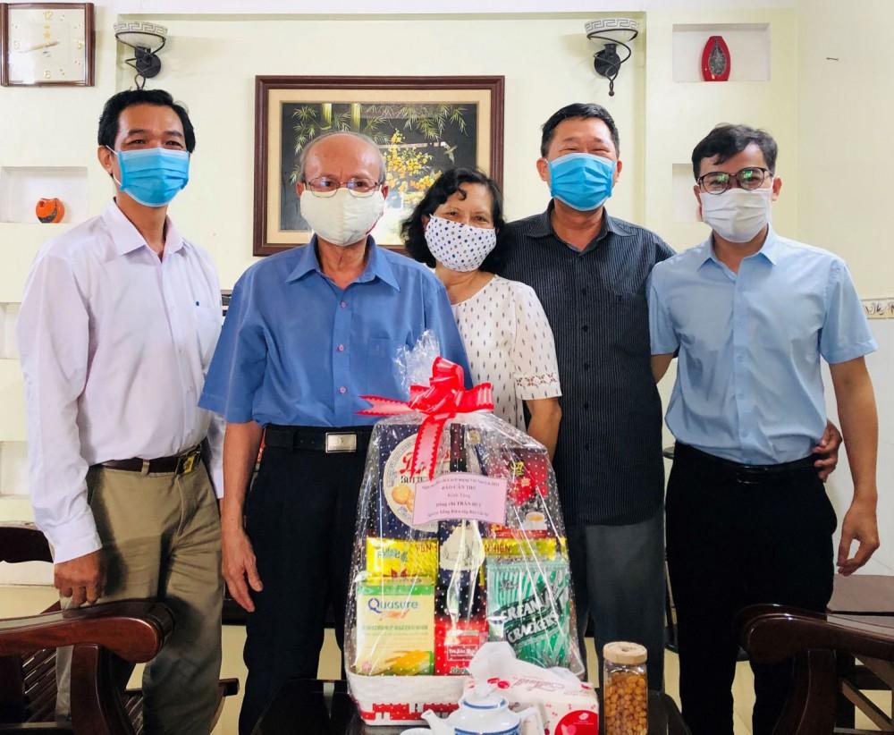 Lãnh đạo Báo Cần Thơ cùng đại diện các đoàn thể đến thăm đồng chí Trần Huy (thứ 2 từ trái qua), nguyên Tổng Biên tập Báo Cần Thơ.