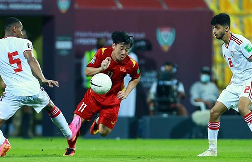 Minh Vương giữa vòng vây các cầu thủ UAE. Ảnh: FBMinhVuong