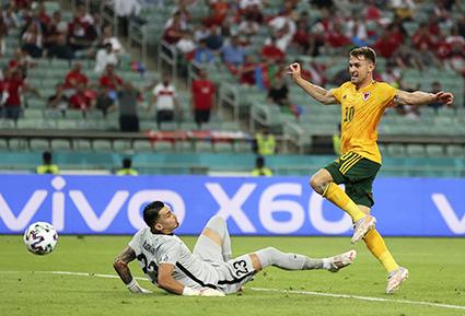 Ramsey (phải) sẽ ghi bàn vào lưới Ý tối nay? Ảnh: Reuters