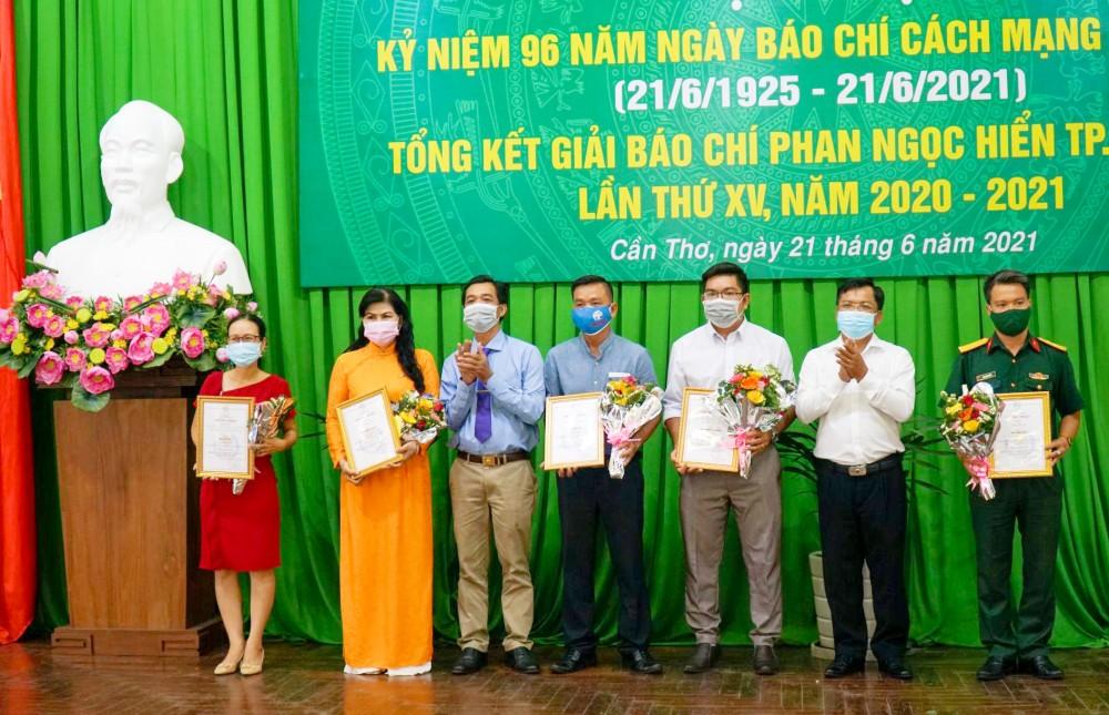 Đồng chí Huỳnh Hoàng Mến, Giám đốc Sở Thông tin và Truyền thông thành phố và đồng chí Trương Văn Chuyển, Tổng Biên tập Báo Cần Thơ, Chủ tịch Hội NB thành phố, trao giải Ba cho các tác giả.