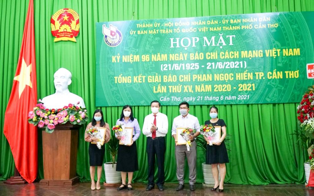 Đồng chí Dương Tấn Hiển, Ủy viên Ban Thường vụ Thành ủy, Phó Chủ tịch Thường trực UBND thành phố, trao giải Nhì các tập thể, cá nhân.