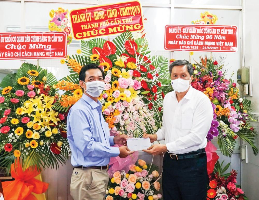 Đồng chí Phạm Văn Hiểu, Phó Bí thư Thường trực Thành ủy, Chủ tịch HĐND thành phố,  tặng hoa, chúc mừng Hội Nhà báo TP Cần Thơ. Ảnh: ANH DŨNG