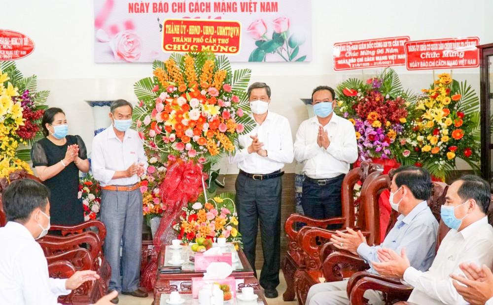 Đồng chí Phạm Văn Hiểu, Phó Bí thư Thường trực Thành ủy, Chủ tịch HĐND thành phố, tặng hoa chúc mừng Báo Cần Thơ.