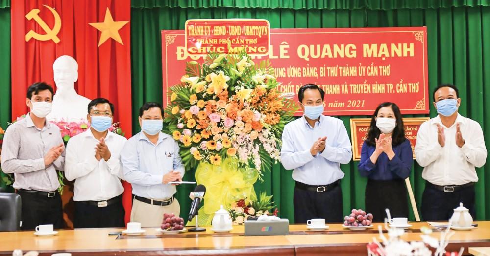 Đồng chí Lê Quang Mạnh, Ủy viên Trung ương Đảng, Bí thư Thành ủy và các cán bộ thành phố tặng hoa, chúc mừng Đài Phát thanh và Truyền hình TP Cần Thơ. Ảnh: ANH DŨNG