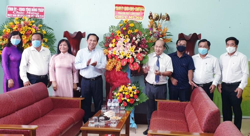 Đồng chí Lê Quang Mạnh, Ủy viên Trung ương Đảng, Bí thư Thành ủyvà các cán bộ thành phố, tặng hoa, chúc mừng Trung tâm Truyền hình Việt Nam khu vực Nam bộ tại Cần Thơ.