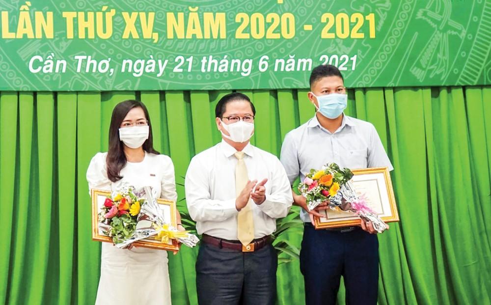 Đồng chí Trần Việt Trường, Phó Bí thư Thành ủy, Chủ tịch UBND thành phố, trao giải Nhất cho đại diện các nhóm tác giả. Ảnh: PHẠM TRUNG