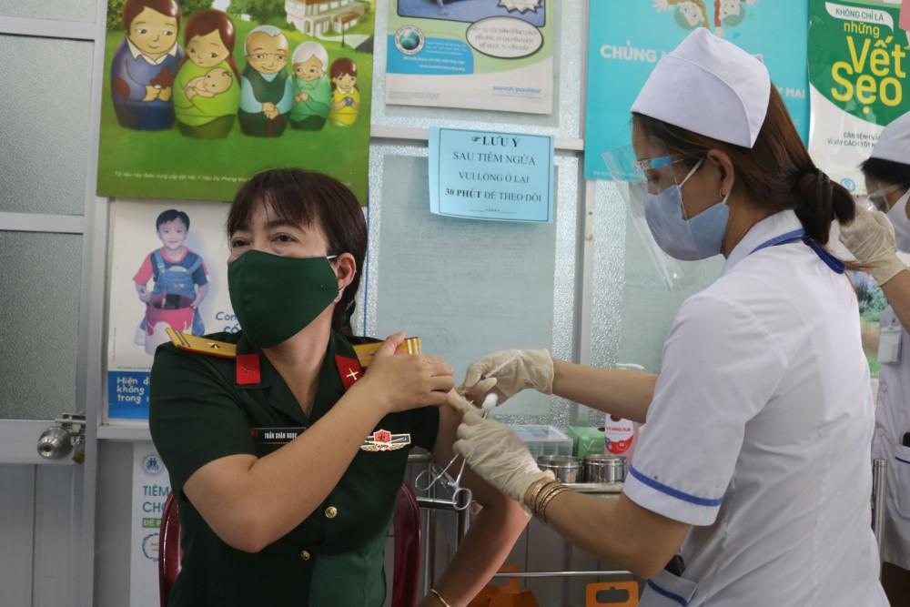 Tiêm cho đối tượng ưu tiên tại Trung tâm Y tế quận Ninh Kiều.