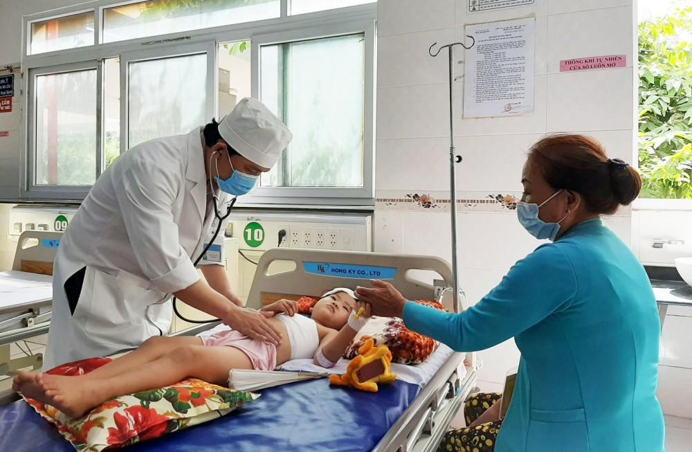 BS Trần Cao Thái thăm khám cho một trẻ bị chấn thương nhập viện cấp cứu.