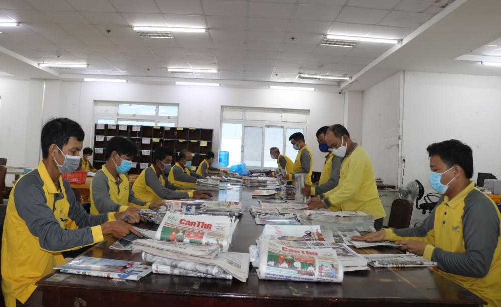 Từ 4 giờ đến 5 giờ sáng hằng ngày, nhân viên bưu tá của bưu cục trung tâm khai thác vận chuyển, thuộc Bưu điện TP Cần Thơ đã bắt tay vào công tác chuyển và phát báo, tạp chí của Đảng đến tay bạn đọc.