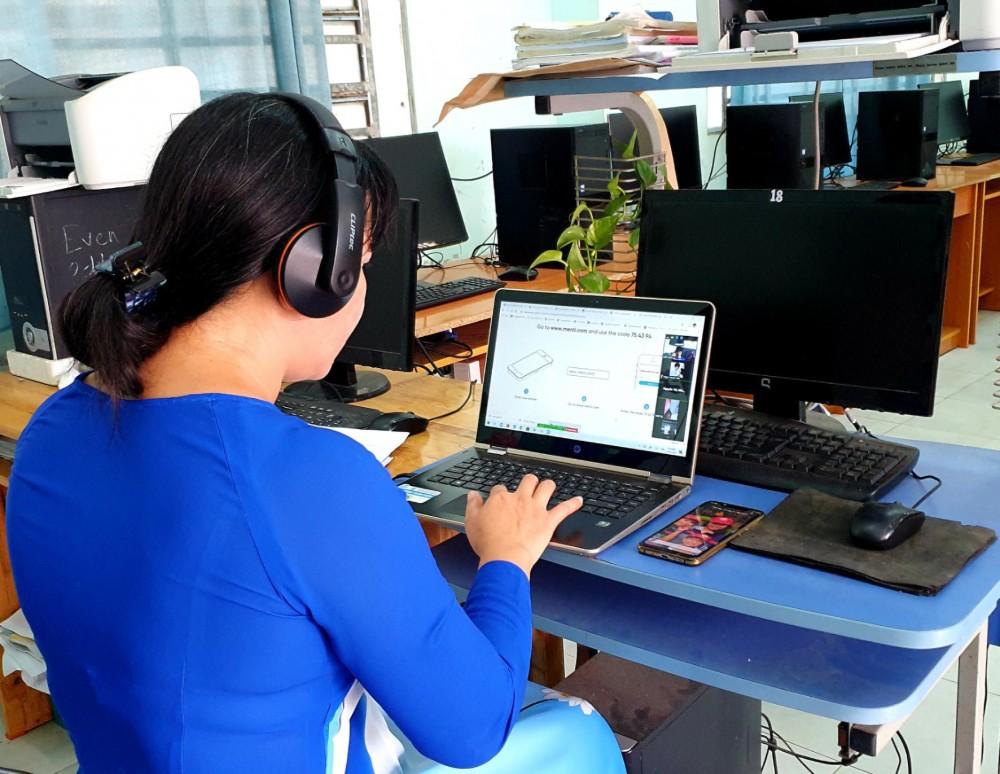 Một buổi dạy, ôn tập trực tuyến cho học sinh của giáo viên Trường THCS Châu Văn Liêm, quận Ô Môn.