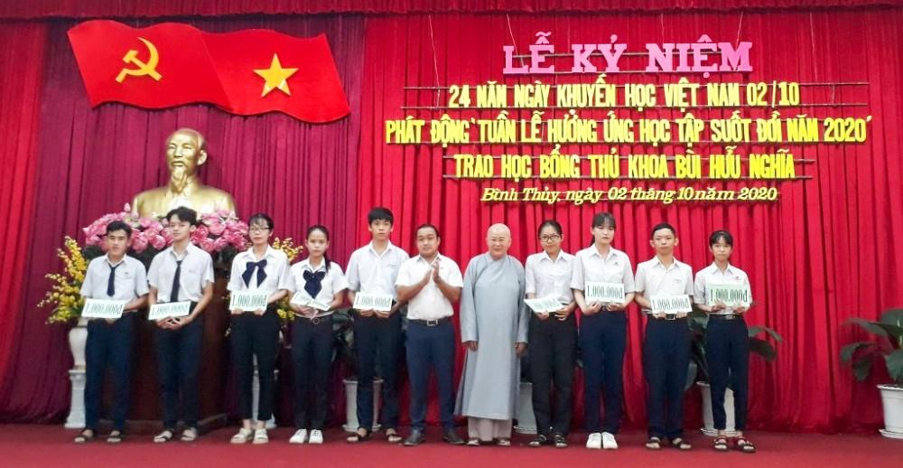 Học sinh các trường trên địa bàn quận Bình Thủy nhận học bổng khuyến học, khuyến tài . Ảnh: CTV