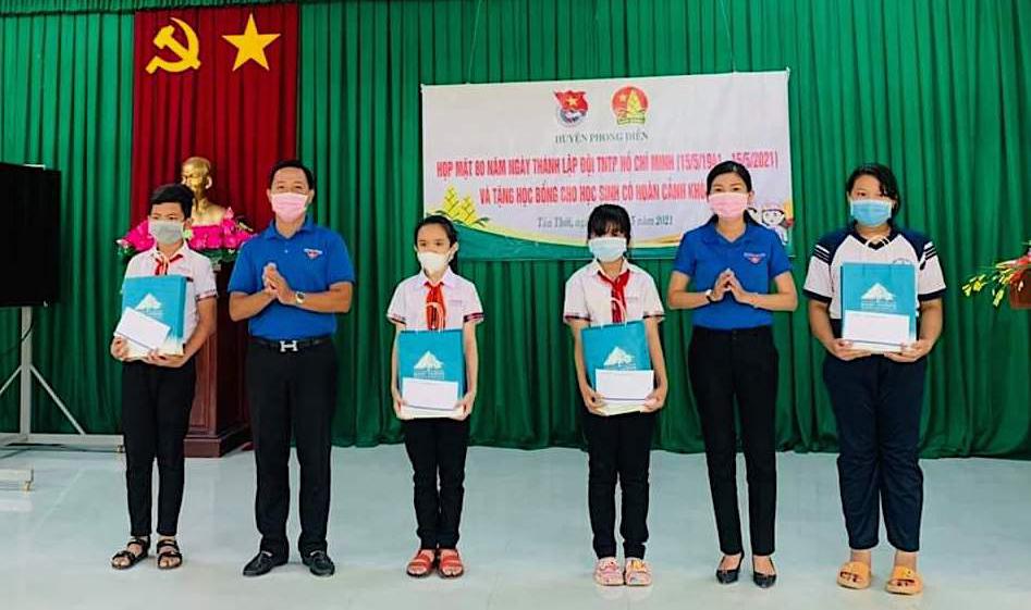 Huyện đoàn Phong Điền tặng quà cho học sinh vượt khó, học giỏi. Ảnh: Đơn vị cung cấp