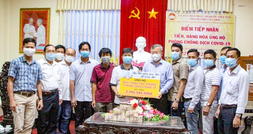 Lãnh đạo Ủy ban MTTQVN thành phố tiếp nhận tiền từ các đơn vị, tập thể ủng hộ phòng, chống dịch COVID-19.