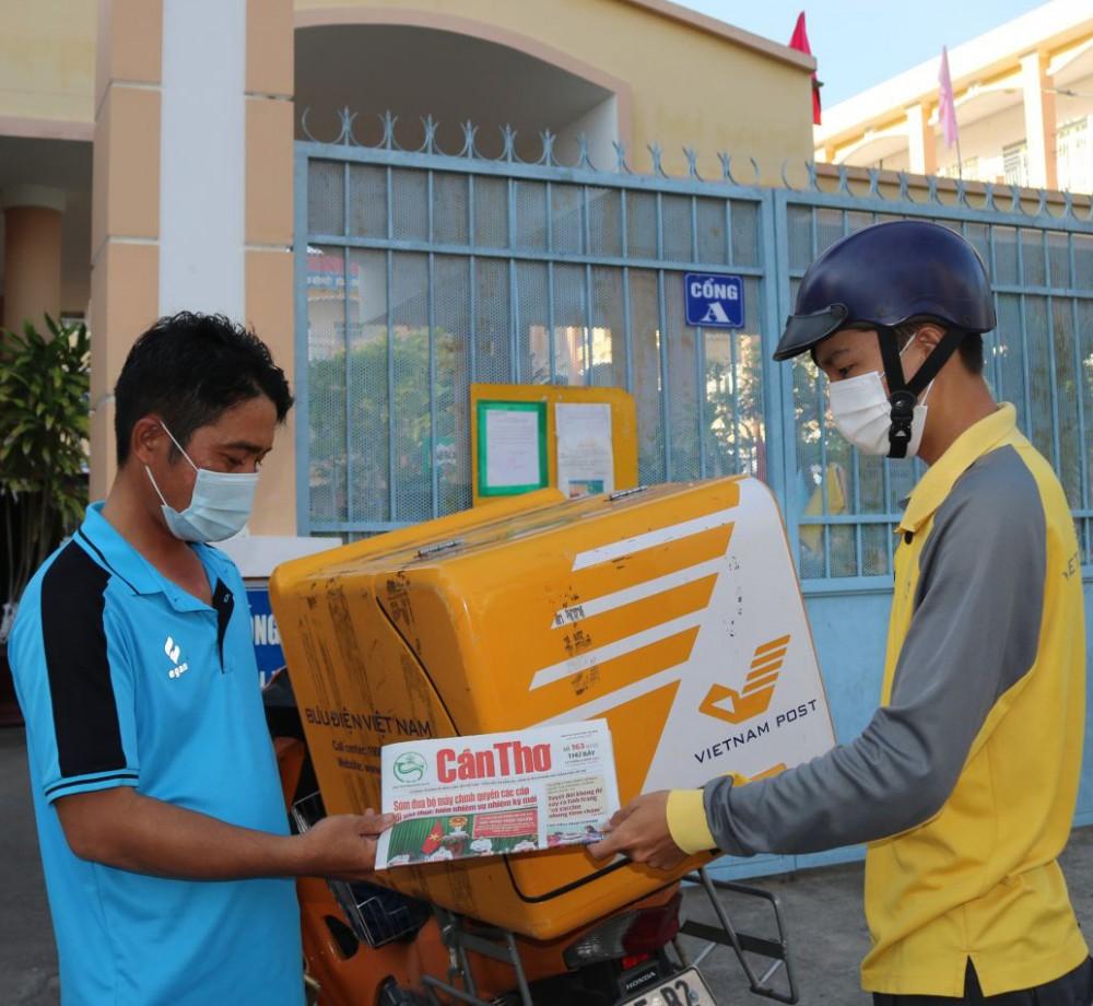 Nhân viên bưu tá của bưu cục trung tâm khai thác vận chuyển, thuộc Bưu điện TP Cần Thơ phát báo Cần Thơ tới một điểm trường thuộc phường Hưng Phú, quận Cái Răng.