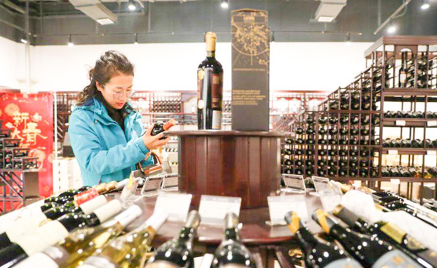 Trung Quốc tham vọng gây dựng vùng sản xuất rượu vang sánh ngang Bordeaux của Pháp. Ảnh: Getty Images