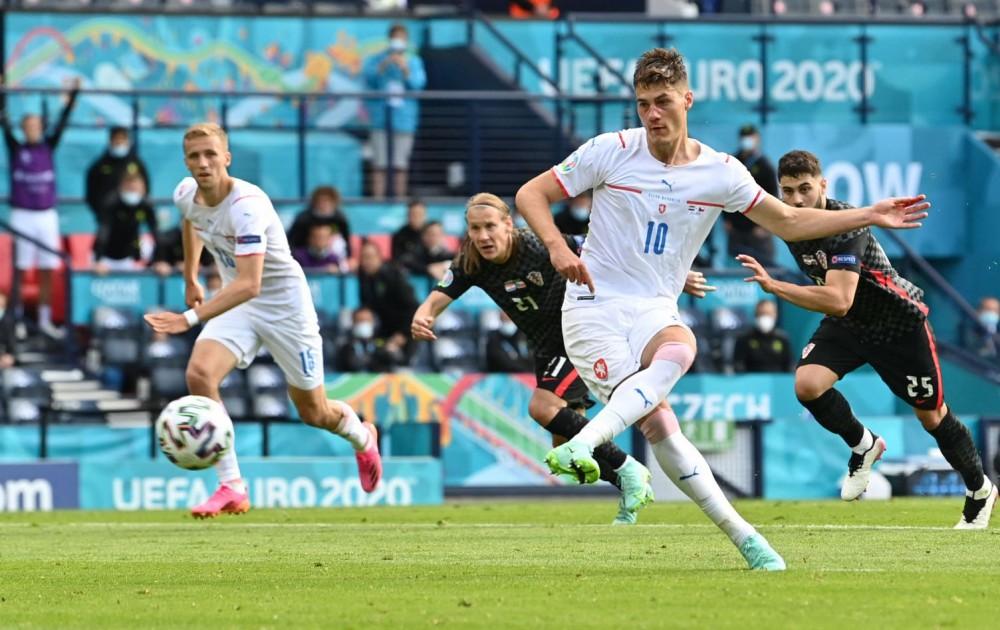 Tiền đạo Schick của CH Czech (số 10) là mối đe dọa lớn cho hàng thủ tuyển Anh. Ảnh: Independent