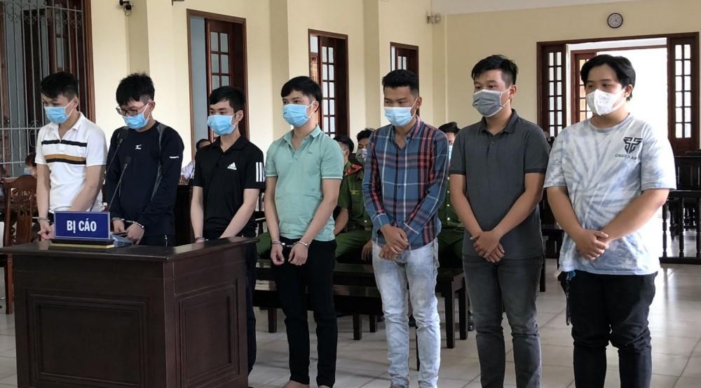Các bị cáo nghe tòa tuyên án (Nguyễn Văn Khiêm đứng giữa).