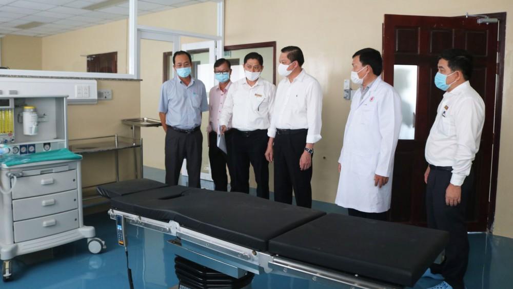 Phó Chủ tịch Thường trực UBND TP Cần Thơ Dương Tấn Hiển (bên trái, thứ tư) kiểm tra khu phẫu thuật dã chiến tại Khoa Truyền nhiễm BV Đa khoa TP Cần thơ.
