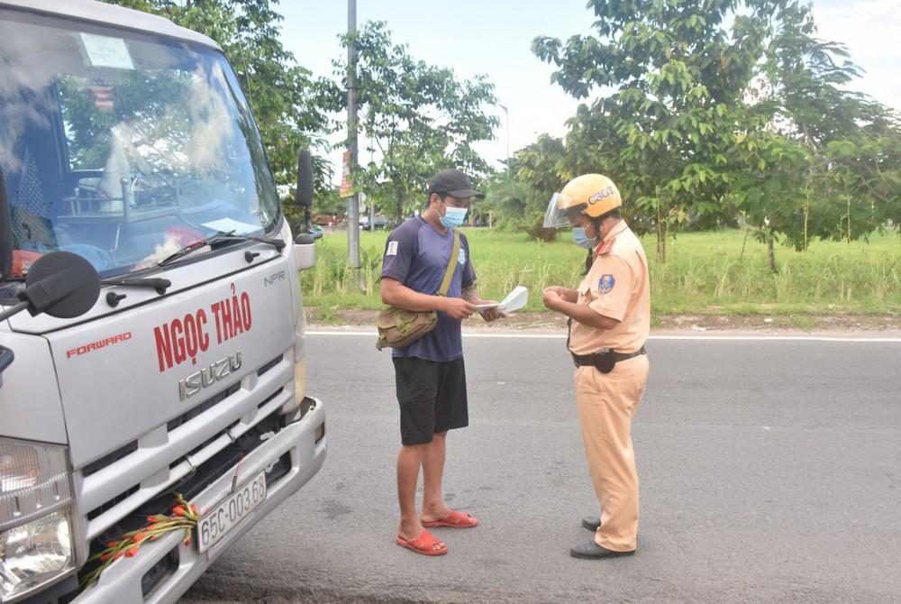 CSGT - TT Công an quận Cái Răng kiểm tra hành chính đối với người điều khiển phương tiện trên đường Phạm Hùng.