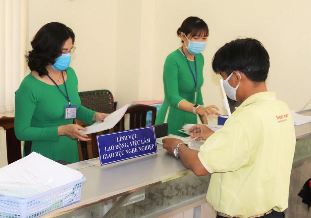 Công chức Sở LĐ-TB&XH TP Cần Thơ giải quyết thủ tục hành chính cho người dân. Ảnh do Sở LĐ-TB&XH TP Cần Thơ cung cấp