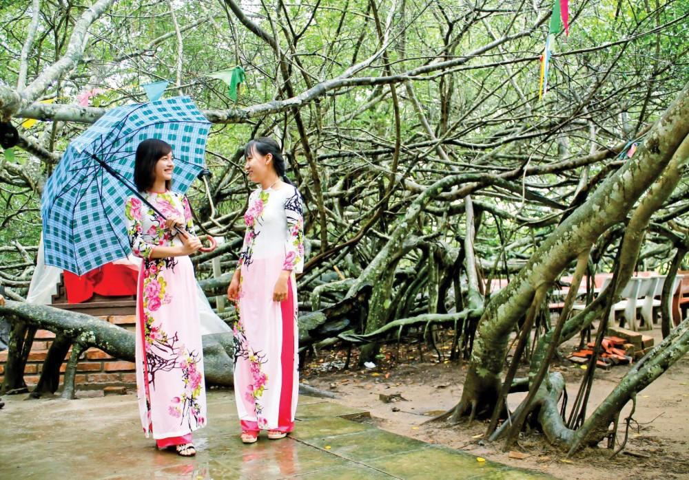 Khách tham quan Di tích Lịch sử - Văn hóa cấp thành phố Giàn Gừa. Ảnh: DUY KHÔI