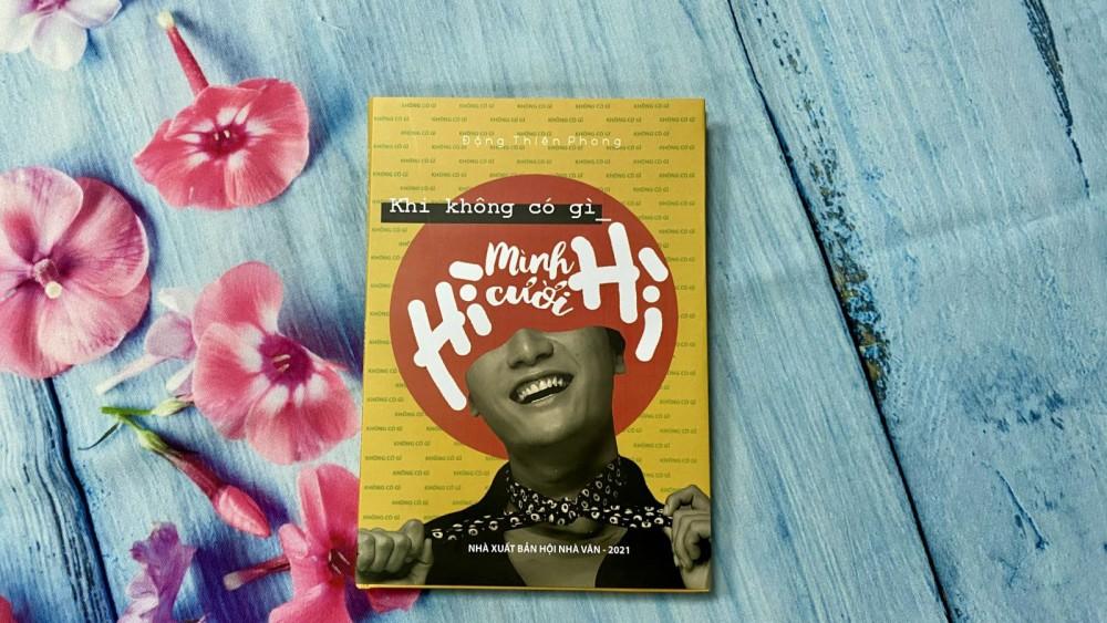 """Quyển sách """"Khi không có gì mình cười hì hì"""". Ảnh: NVCC"""