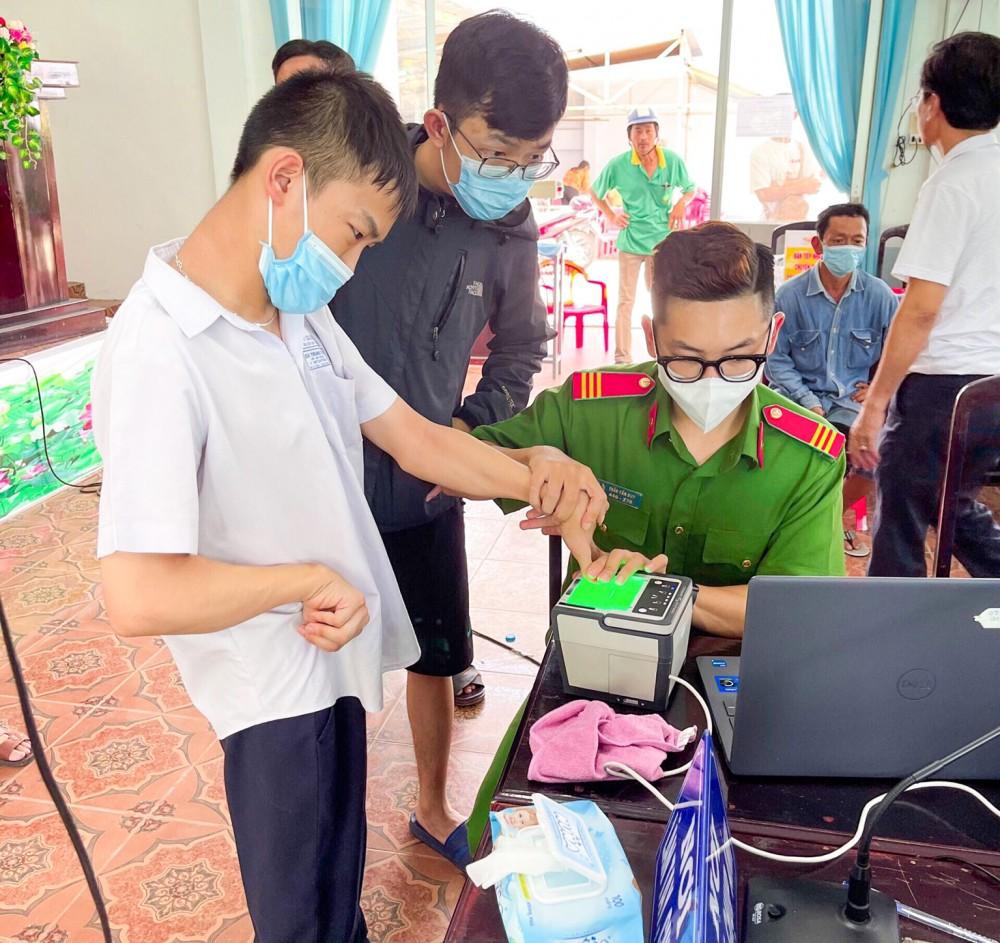Công an TP Cần Thơ làm căn cước công dân cho người dân ở phường Lê Bình, quận Cái Răng.