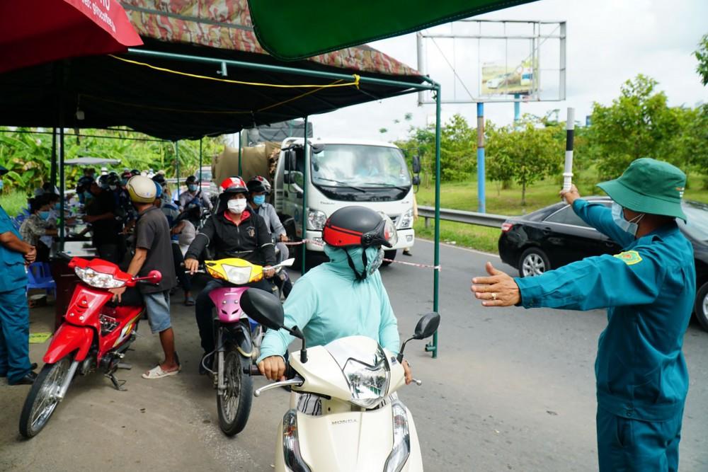 Dân quân phường Hưng Thạnh, quận Cái Răng tham gia trực ở điểm kiểm soát phòng, chống dịch trên địa bàn phường.
