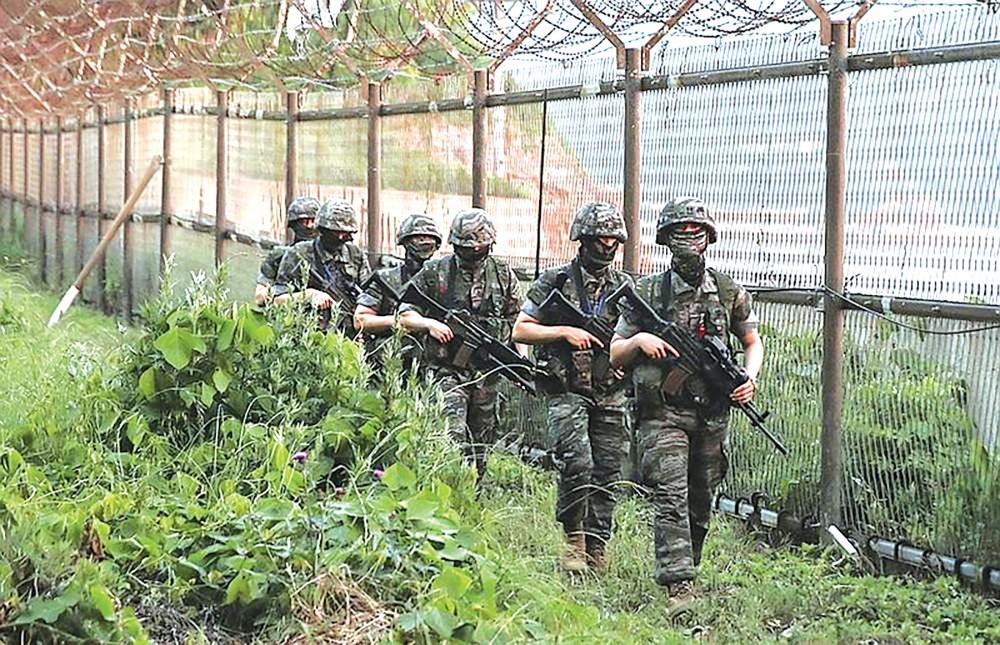 Binh sĩ Hàn Quốc tuần tra khu vực biên giới với Triều Tiên. Ảnh: AP