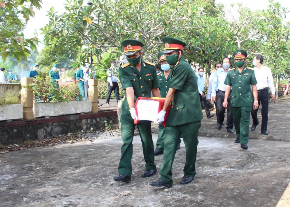Truy điệu cải táng hài cốt liệt sĩ Huỳnh Văn Năm ở Nghĩa trang liệt sĩ Long Tuyền (quận Bình Thủy).